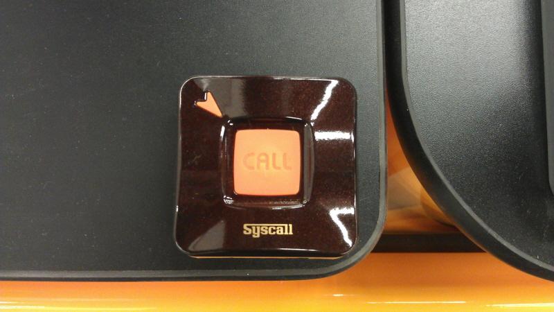 Nút bấm ST-400 được lắp đặt ở góc bàn làm việc của bác sĩ