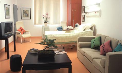 Phòng thượng hạng có chuông bấm gọi y tá tại giường nằm và toilet của bệnh viện FV Sài Gòn